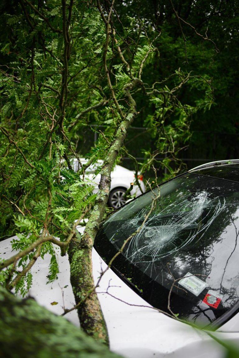 Pomoc drogowa może usunąć awarie w samochodzie i odholować pojazd