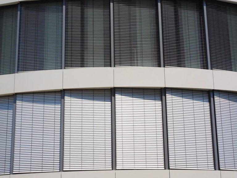 Rolety okienne doskonale osłaniają pomieszczenia przed światłem