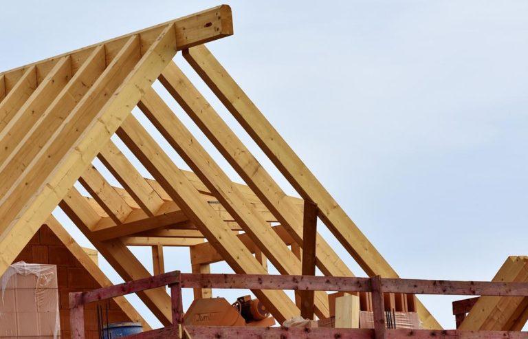 Uszkodzone pokrycie dachowe należy wymienić