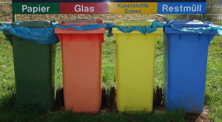 """W miejskim parku kosze na śmieci powinny być odpowiednio """"zamaskowane""""."""